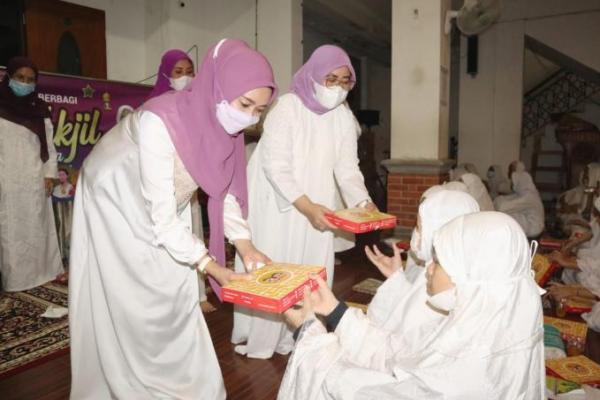 Perempuan Bangsa Berbagi Takjil di Ponpes Mahasina Bekasi