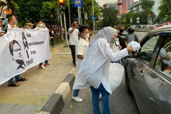 Ajak Pemuda Milenial, Arzeti Bilbina Bagikan Takjil ke Warga di Pejaten Jaksel