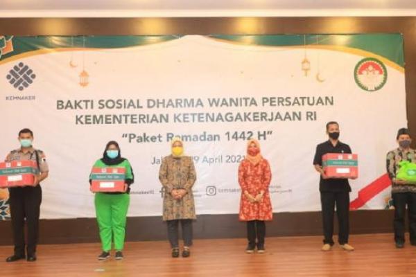 Menteri Ida Serahkan Paket Ramadan bagi Petugas Kemanan Hingga Kebersihan Kemnaker