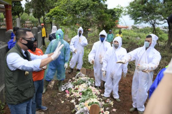 Terbukti Negatif COVID-19, 196 Makam di Bandung Dibongkar