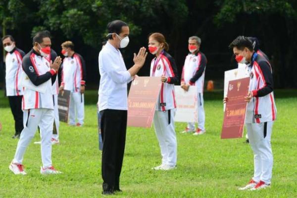 Presiden Jokowi Serahkan Bonus Apresiasi Atlet Berprestasi di Olimpiade Tokyo